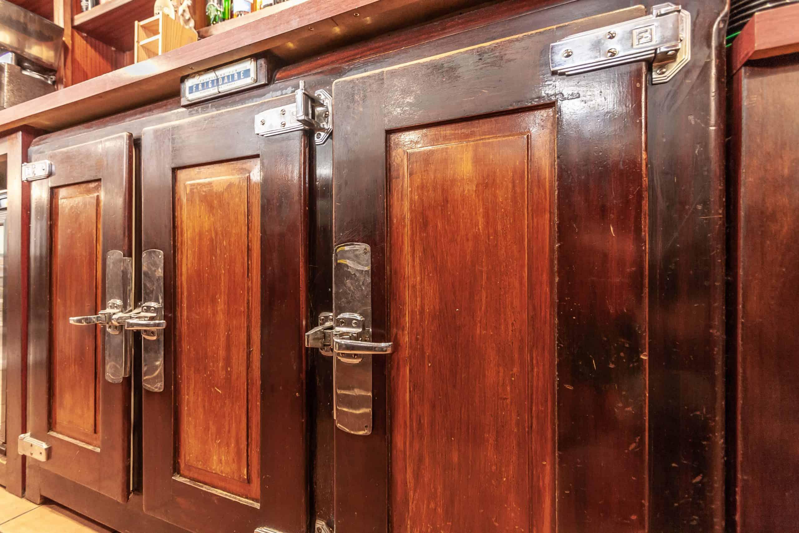 Bar-interior5-82002