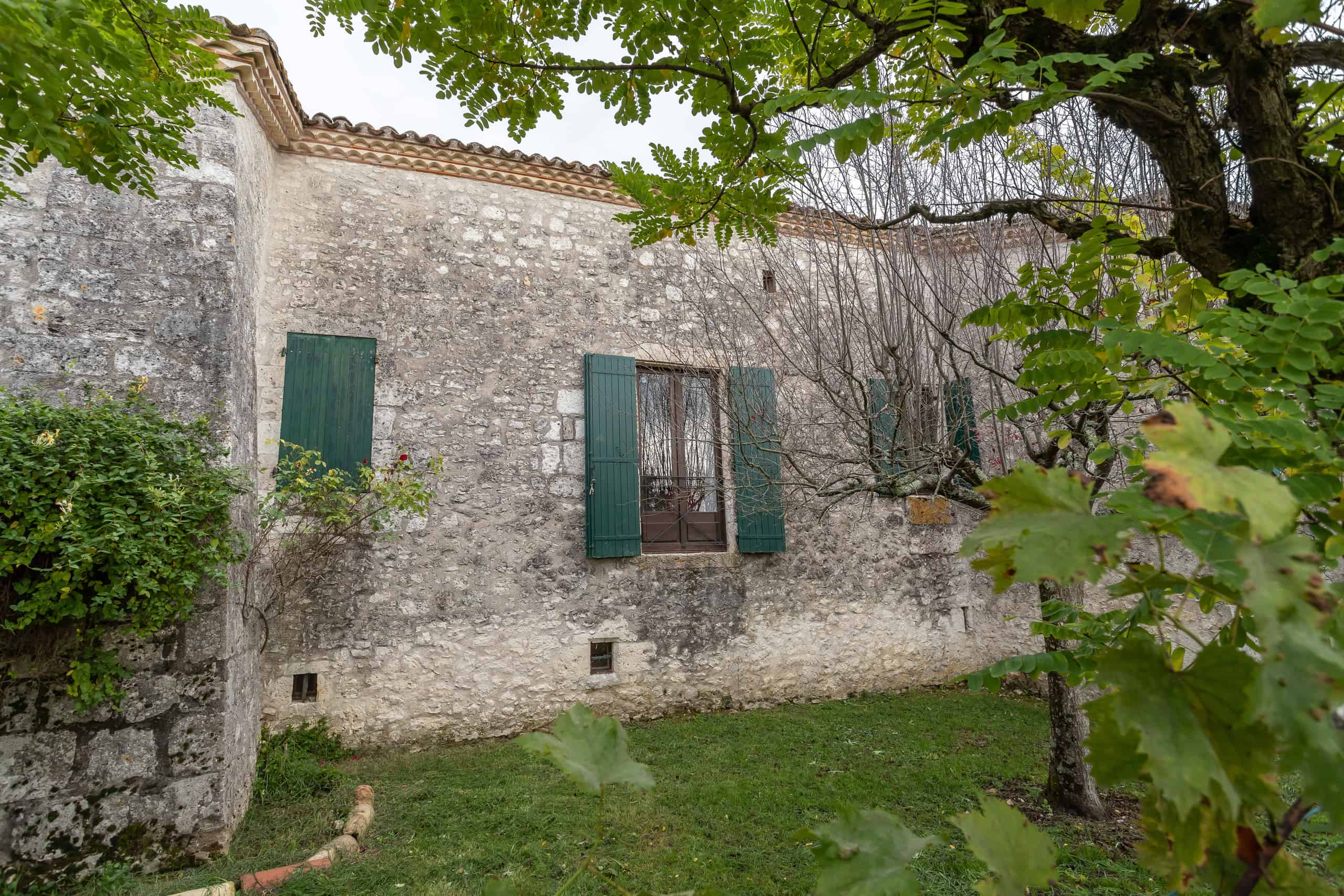 maison en pierre dans un jardin de village tranquille