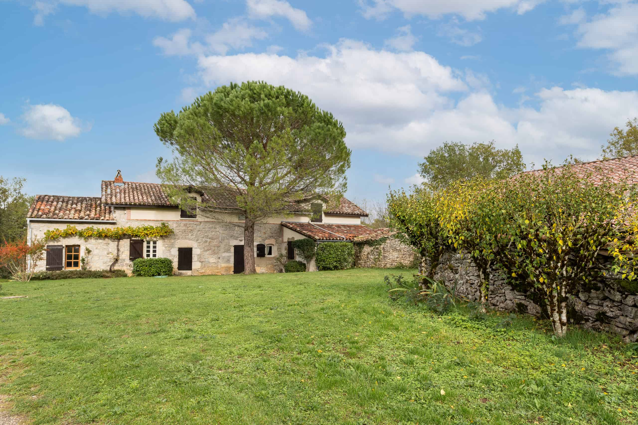 Small country estate, gite, pool, tennis court