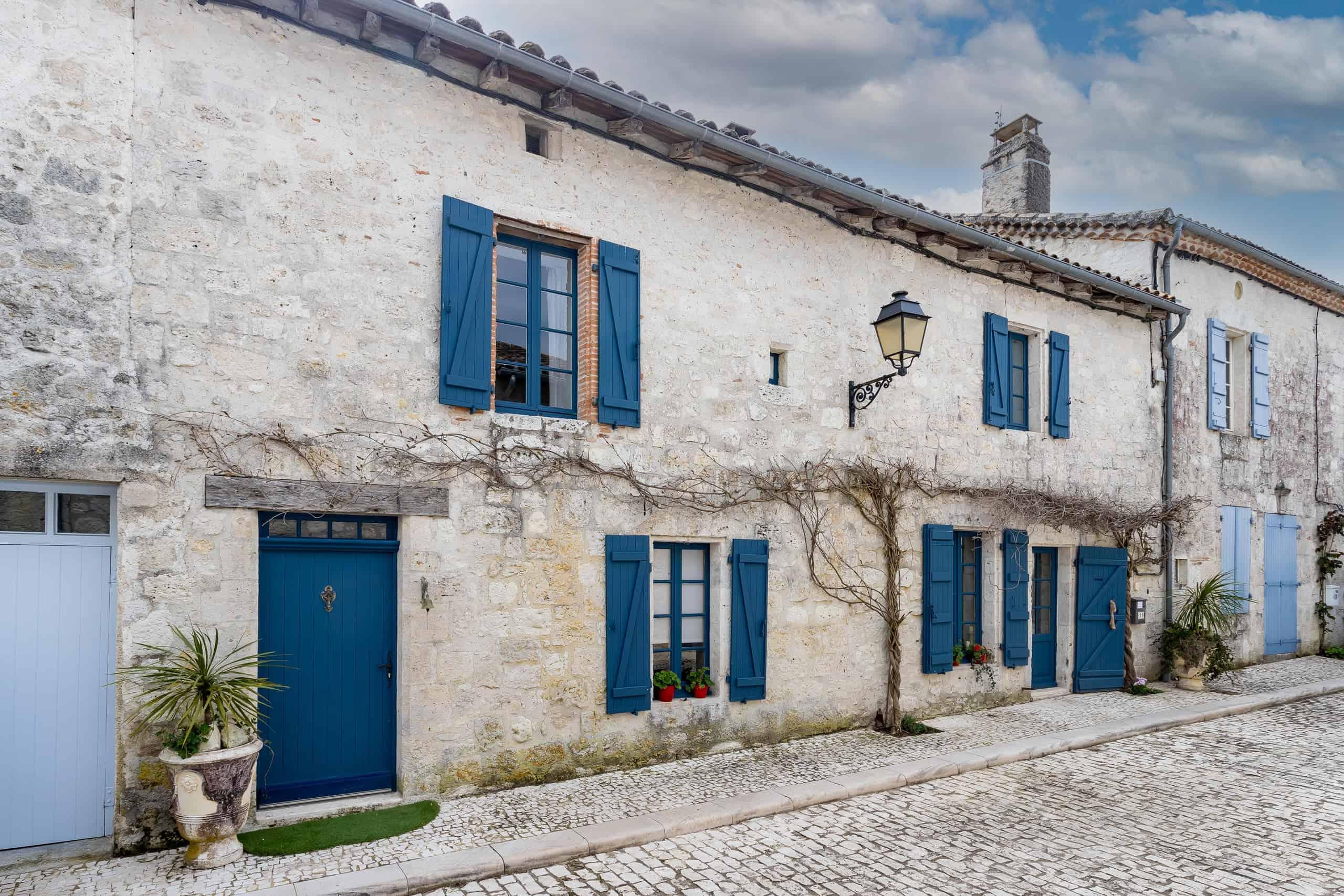 Maison de village en pierre avec jardin et piscine