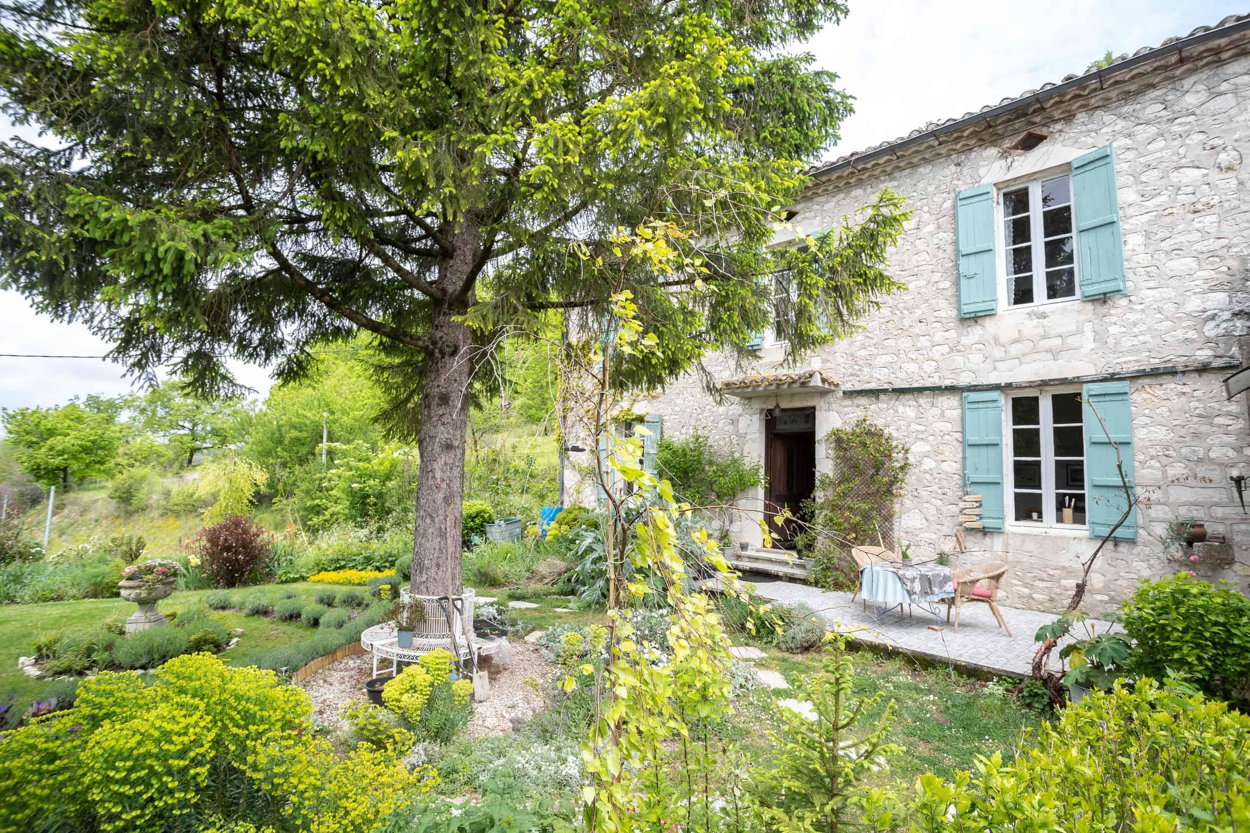 Maison en pierre dans un village tranquille