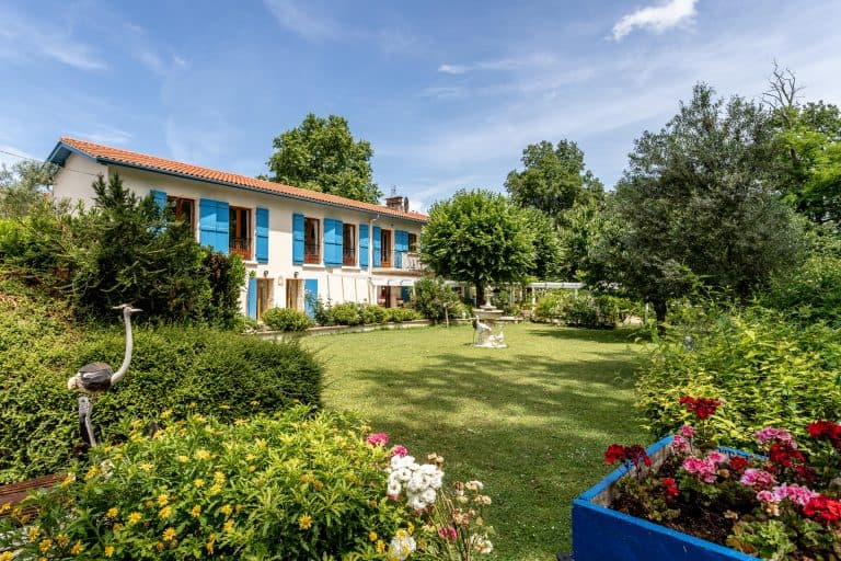Country property with large garden, close to Agen