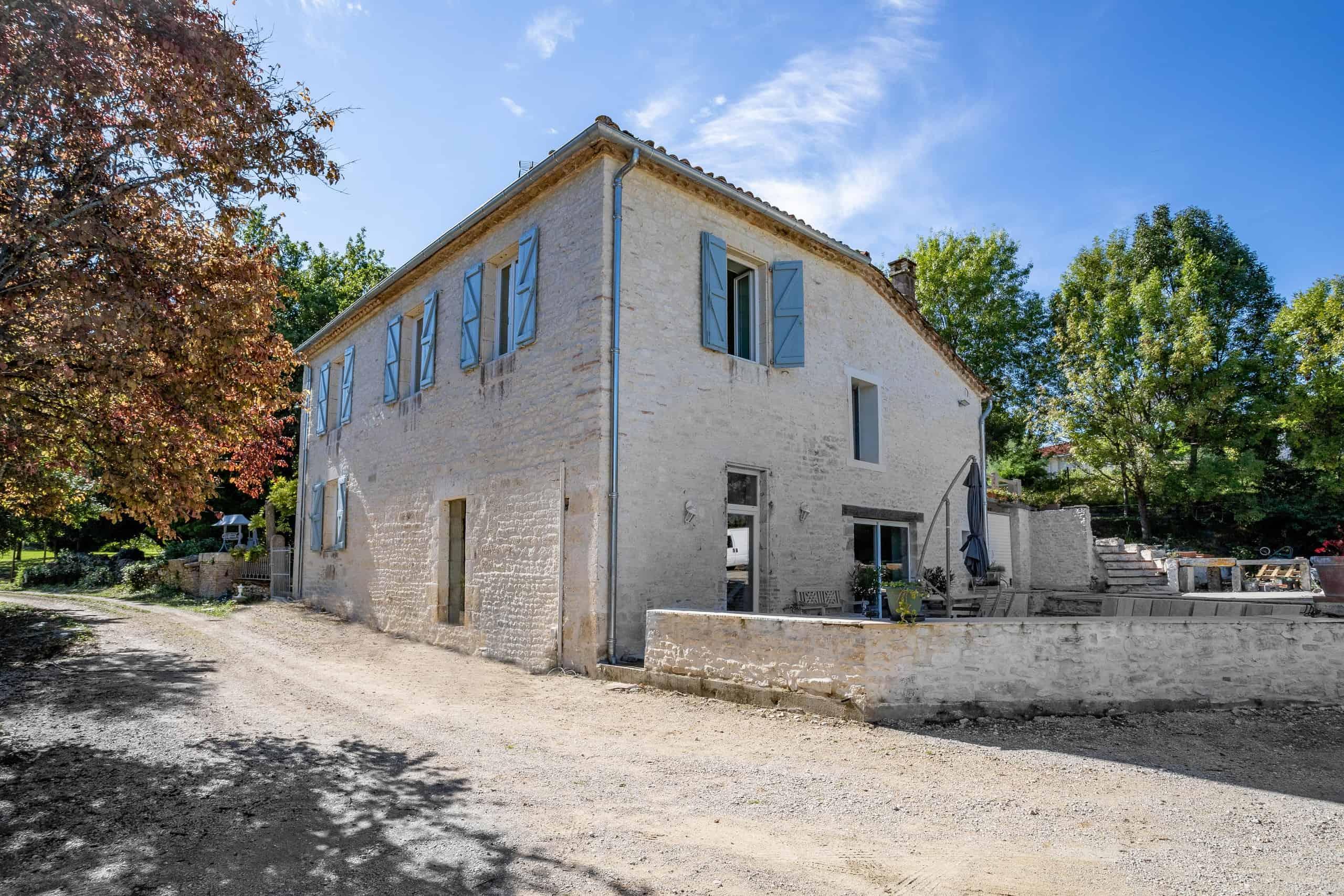 Maison en pierre avec piscine à la lisière d'un village